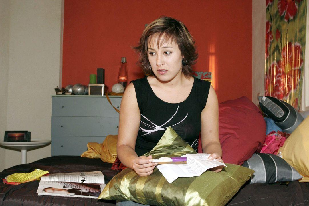 Fassungslos schaut Yvonne (Bärbel Schleker) auf das Ergebnis des Teststreifens. - Bildquelle: Sat.1