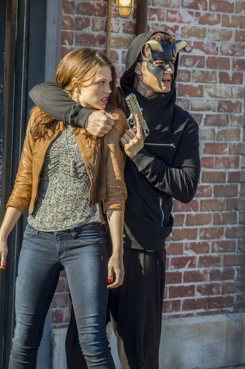 Roman (Matt Lanter, r.) fasst einen Plan, der auch Emery (Aimée Teegarden, l.) in große Gefahr bringen wird ... - Bildquelle: 2014 The CW Network, LLC. All rights reserved.