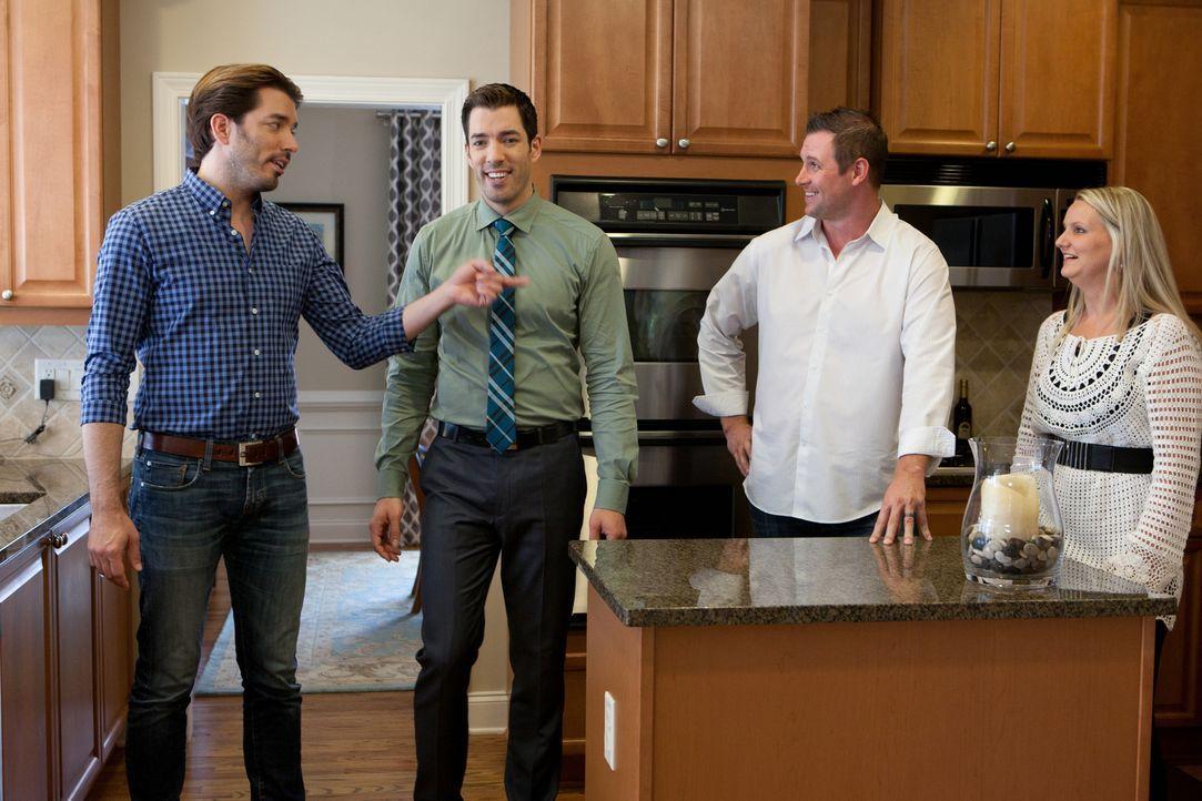 Drew (2.v.l.) und Jonathan (l.) machen sich auf die Suche nach der perfekten Immobilie für Joe (2.v.r.) und Melissa (r.), doch ihr Budget ist begren... - Bildquelle: Jessica McGowan 2013, HGTV/Scripps Networks, LLC. All Rights Reserved