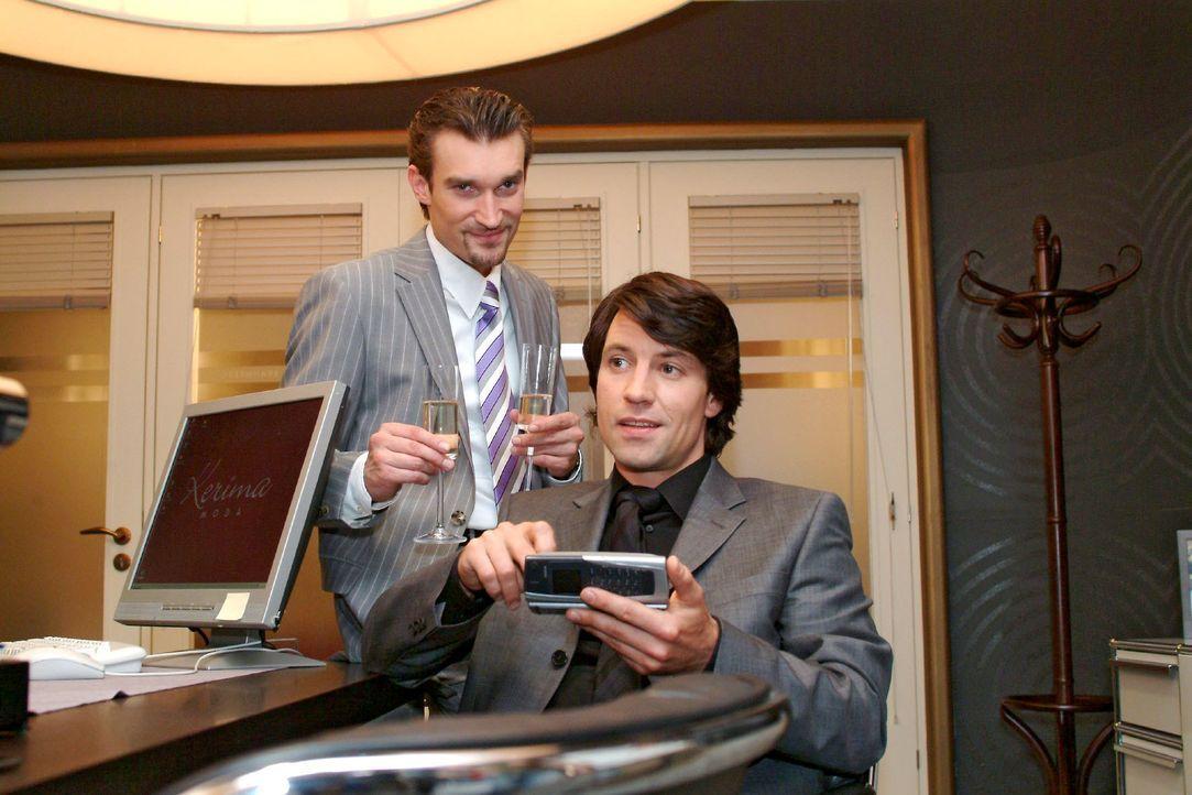 Richard (Karim Köster, l.) und Viktor (Roman Rossa, r.) können die Übernahme von Kerima Moda kaum erwarten ... - Bildquelle: Monika Schürle SAT.1 / Monika Schürle