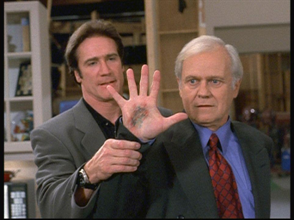 Eindeutige Spuren bestätigen Steves (Barry Van Dyke, l.) Verdacht, dass sich Keith (Ken Kercheval, r.) als Giftmischer betätigt hat. - Bildquelle: Viacom