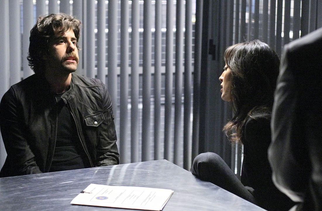 Liz (Aya Sumika, r.) ermittelt in einem neuen Mordfall. Doch hat Chris McNall (Adam Goldberg, l.) etwas damit zu tun? - Bildquelle: Paramount Network Television