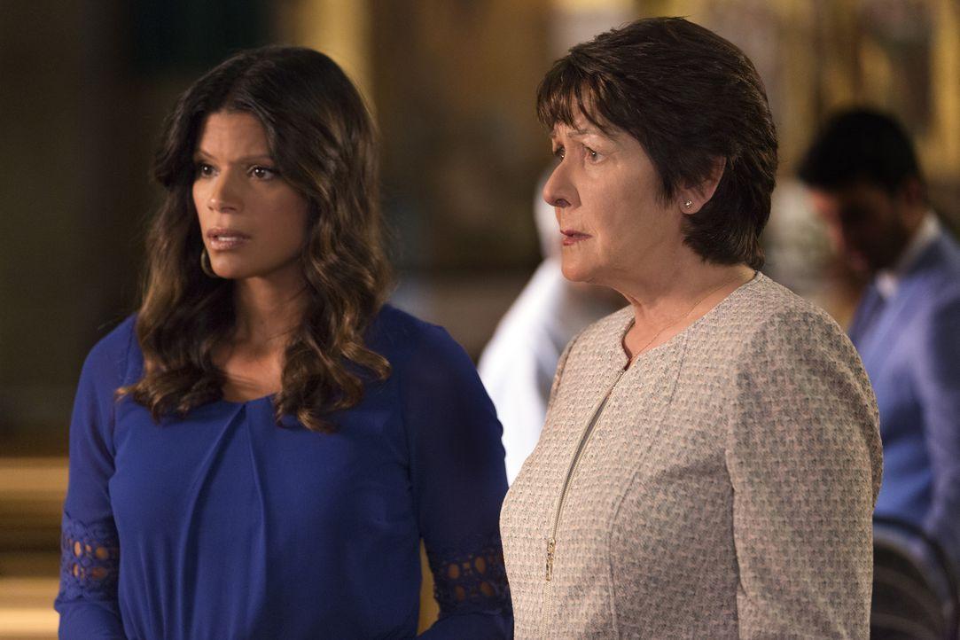 Können nicht glauben, dass Petra ein Baby von Rafael bekommen soll: Xo (Andrea Navedo, l.) und Alba (Ivonne Coll, r.) ... - Bildquelle: Scott Everett White 2015 The CW Network, LLC. All rights reserved.