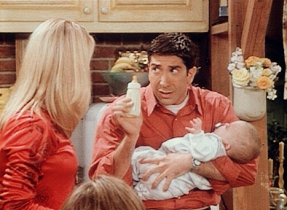 Carol (Jane Sibbett, l.) muss weg, und Ross (David Schwimmer, r.) versorgt den gemeinsamen Sohn. - Bildquelle: TM+  2000 WARNER BROS.