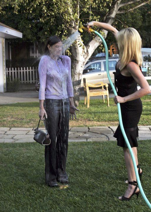 Der Konkurrenzkampf geht weiter: Susan (Teri Hatcher, l.) und Edie (Nicollette Sheridan, r.) ... - Bildquelle: Touchstone Television