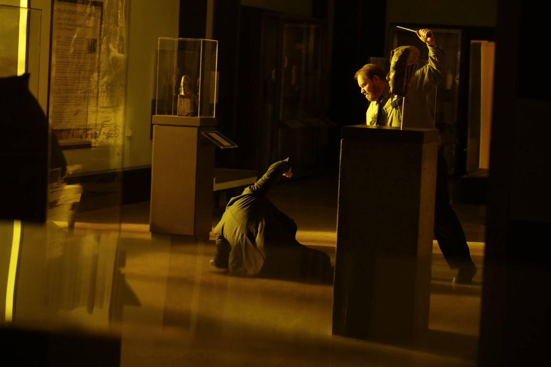 Schon vor seinem Aufeinandertreffen mit Adam findet sich Henry (Ioan Gruffudd, l.) in großer Gefahr wieder ... - Bildquelle: Warner Bros. Television