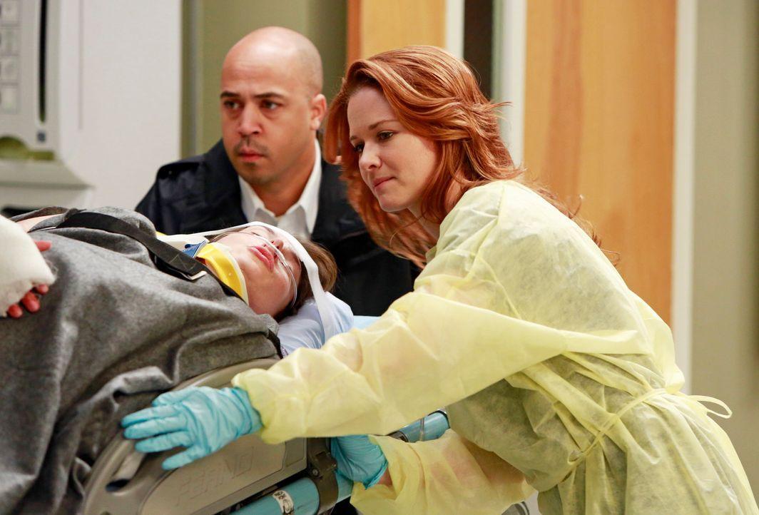 Dr. April Kepner (Sarah Drew, r.) kümmert sich um die hochschwangere Elyse Cruse (Kate Rene Gleason), die bei einer Explosion schwer verletzt wurde... - Bildquelle: ABC Studios