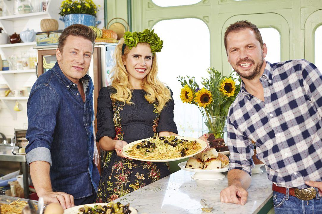 Während sich Jamie (l.) um Rippchen kümmert, möchte Paloma Faith (M.) die Gäste mit portugiesischem Flair verzaubern und Jimmy (r.) braut sein erste...