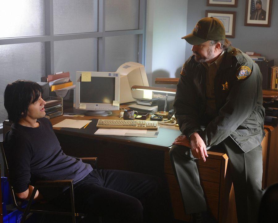 Charlie (Jim Beaver, r.) macht J.D. (Dean Chekvala, l.) für die Morde verantwortlich. Doch J.D. leugnet etwas mit den Toten zu tun zu haben ... - Bildquelle: 2009 CBS Studios Inc. All Rights Reserved.
