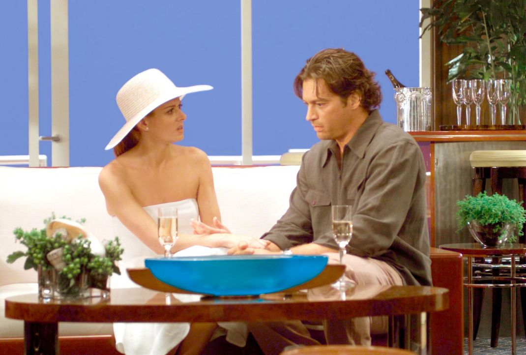 """Als Grace (Debra Messing, l.) erfährt, wie luxuriös es an Bord der """"All You Can Eat"""" zugeht, möchte sie mitreisen und versucht Leo (Harry Connick... - Bildquelle: NBC Productions"""