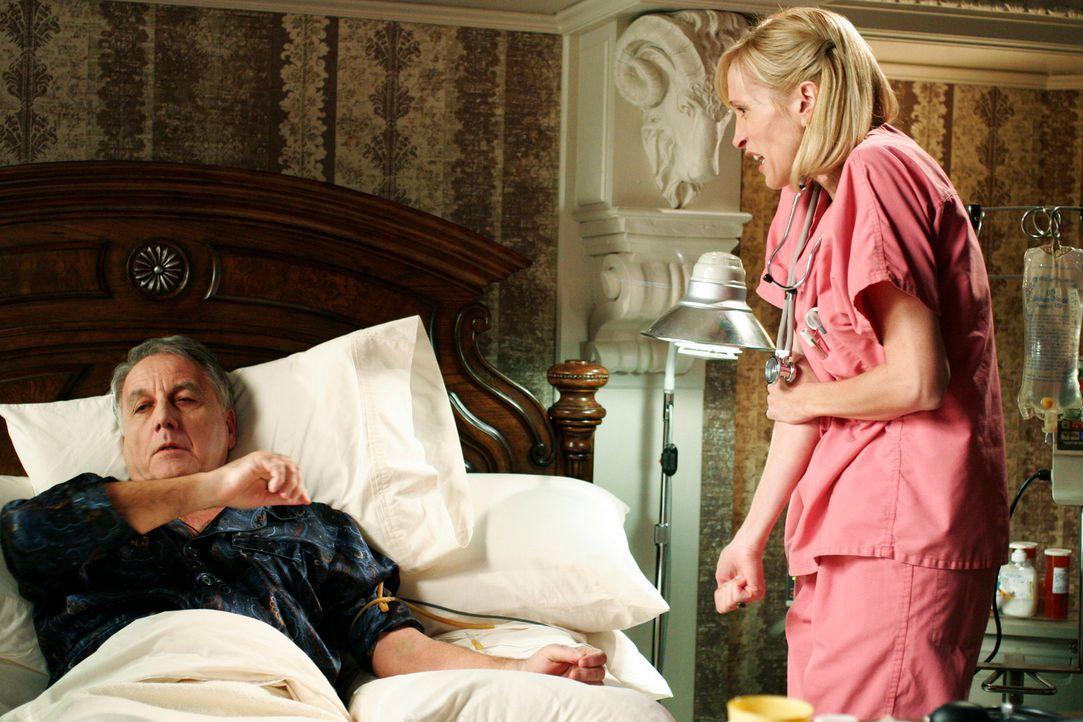 Noah Taylor (Bob Gunton, l.) ist nicht mehr zufrieden mit seiner Krankenschwester (Nicki Tyler Flynn, r.) und feuert sie kurzerhand ... - Bildquelle: 2005 Touchstone Television  All Rights Reserved
