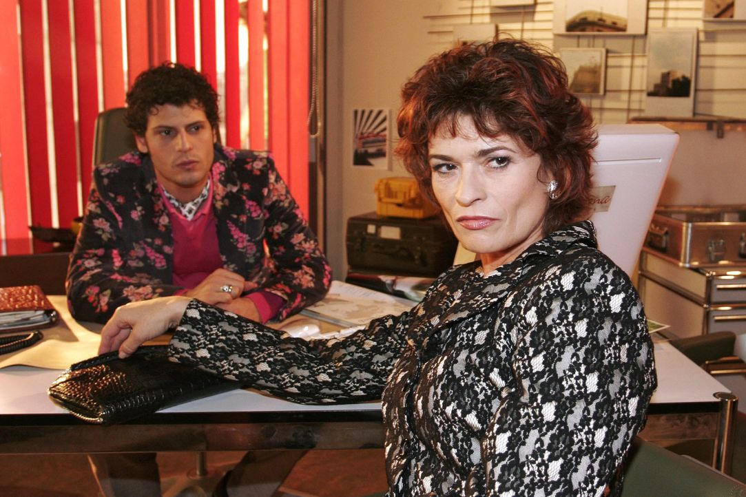 Rokko (Manuel Cortez, l.) ist verblüfft über Sophies (Gabrielle Scharnitzky, r.) arrogantes Verhalten und gerät mit ihr aneinander. - Bildquelle: Noreen Flynn SAT.1 / Noreen Flynn