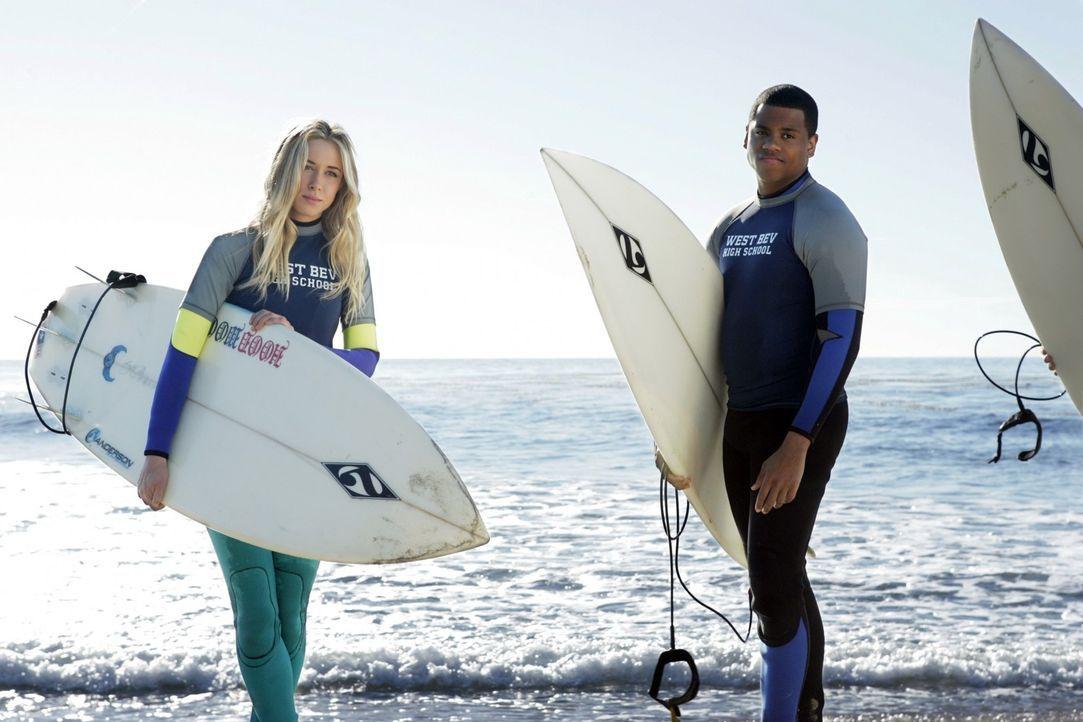 Ivy (Gillian Zinser, l.) geht zusammen mit Dixon (Tristan Wilds, r.) und den anderen zum Surfen, wo es zu einem Zwischenfall kommt ... - Bildquelle: TM &   CBS Studios Inc. All Rights Reserved
