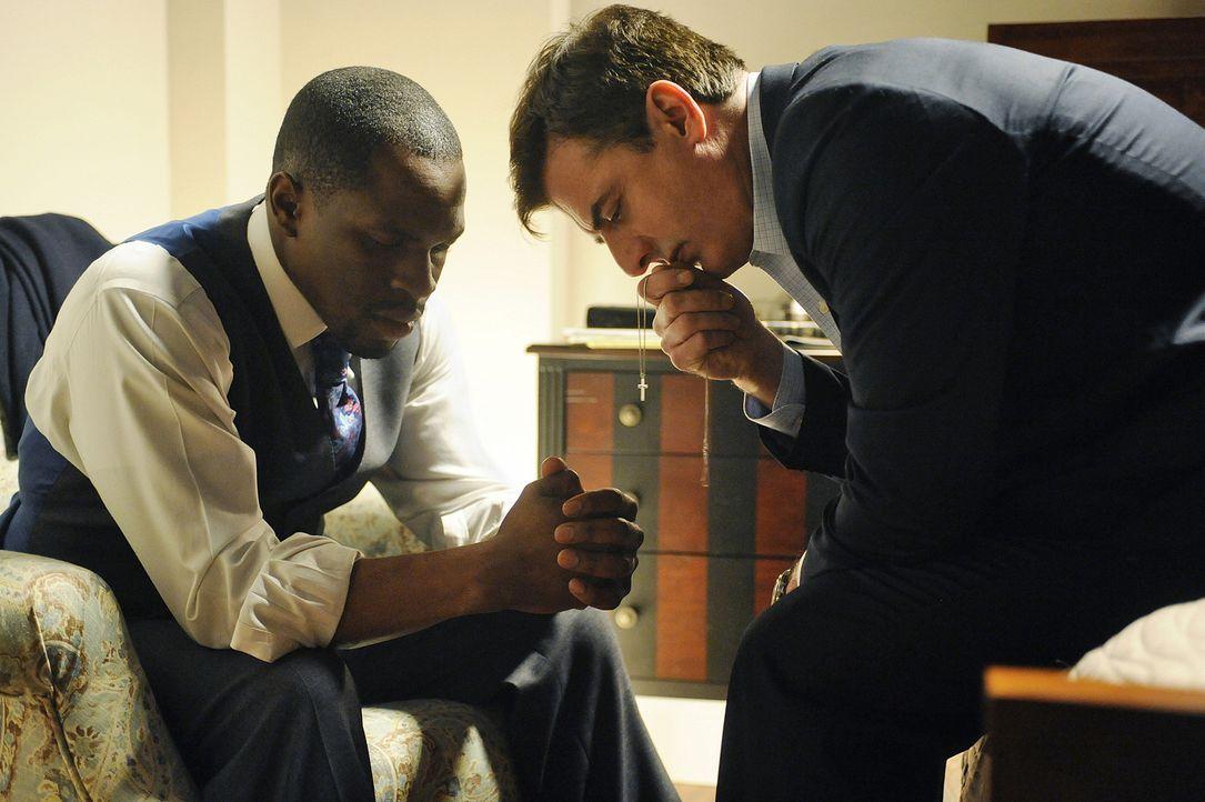 Peter Florrick (Chris Noth, r.) hat schlechte Umfragewerte bei der weiblichen afroamerikanischen Bevölkerung. Da sich daran ändern muss, bringt ih... - Bildquelle: CBS Studios Inc. All Rights Reserved.