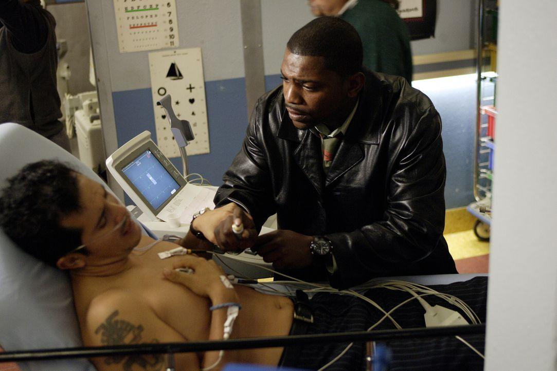 """Pratt (Mekhi Phifer, r.) wird auf die Probe gestellt, als ein """"Patient"""" mit Brustschmerzen eingeliefert wird. Nachdem er den Test nicht bestanden ha... - Bildquelle: Warner Bros. Television"""