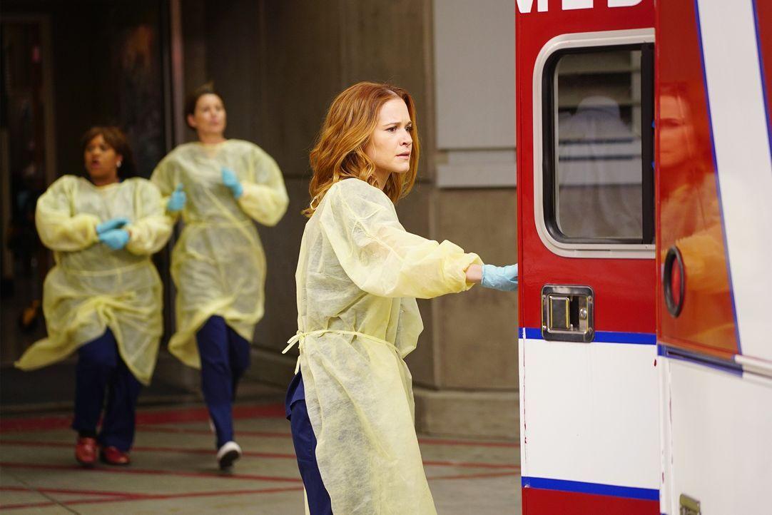 Ein Wettlauf gegen die Zeit beginnt, als während der Hauptverkehrszeit ein Tunnel einstürzt: April (Sarah Drew, r.), Meredith (Ellen Pompeo, M.) und... - Bildquelle: ABC Studios