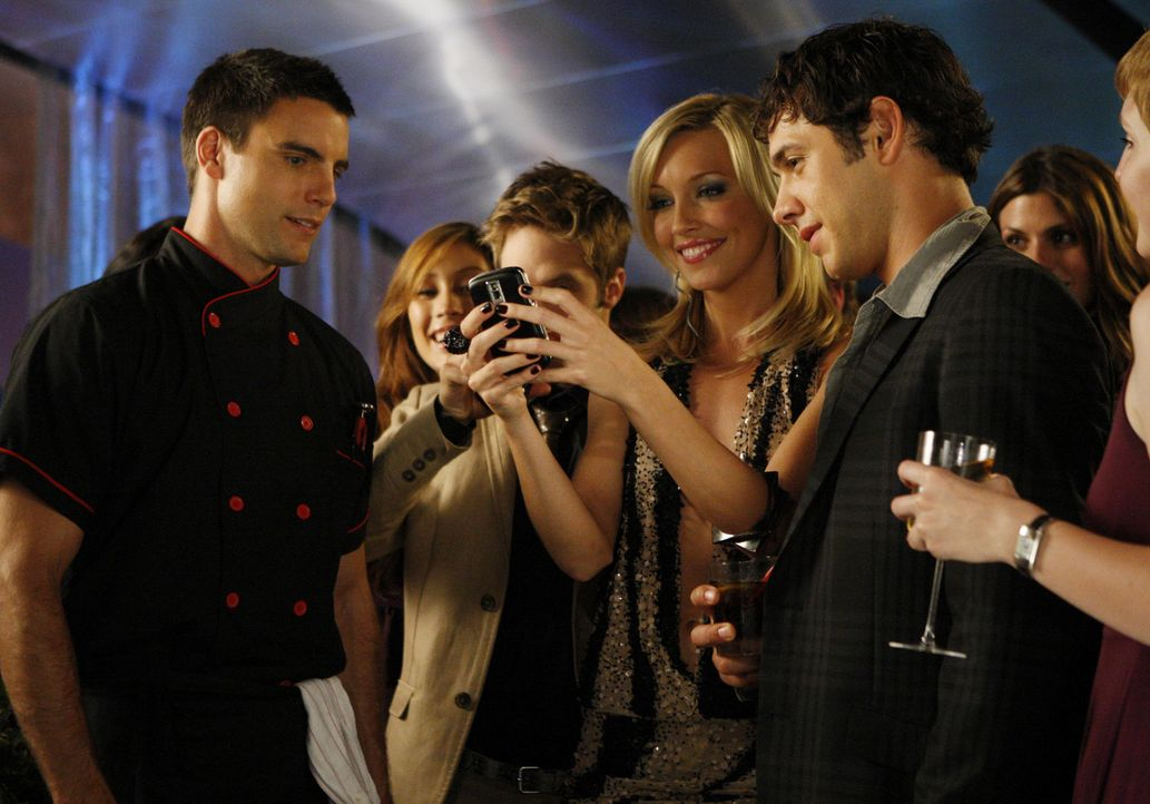 Was für ein tolles Geburtstagsgeschenk... (v.l.n.r.: Colin Egglesfield, Shaun Sipos, Katie Cassidy, Michael Rady) - Bildquelle: 2009 The CW Network, LLC. All rights reserved.