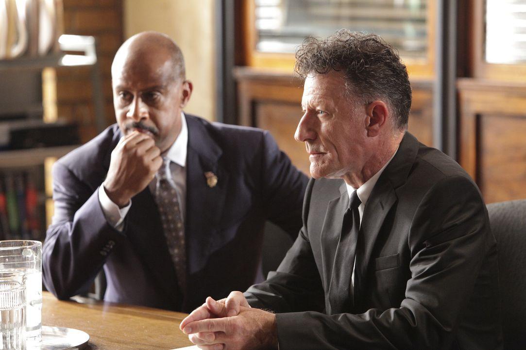 Roy Montgomery (Ruben Santiago-Hudson, l.) wird dem Regierungsagent Westfield (Lyle Lovett, r.) gegenüber immer misstrauischer. - Bildquelle: 2010 American Broadcasting Companies, Inc. All rights reserved.