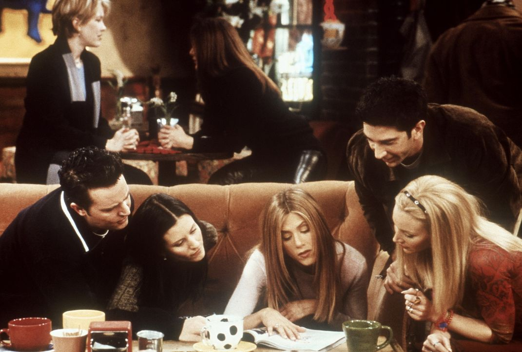 (v.l.n.r.) Chandler (Matthew Perry), Monica (Courteney Cox), Rachel (Jennifer Aniston), Phoebe (Lisa Kudrow) und Ross (David Schwimmer) begutachten... - Bildquelle: TM+  2000 WARNER BROS.