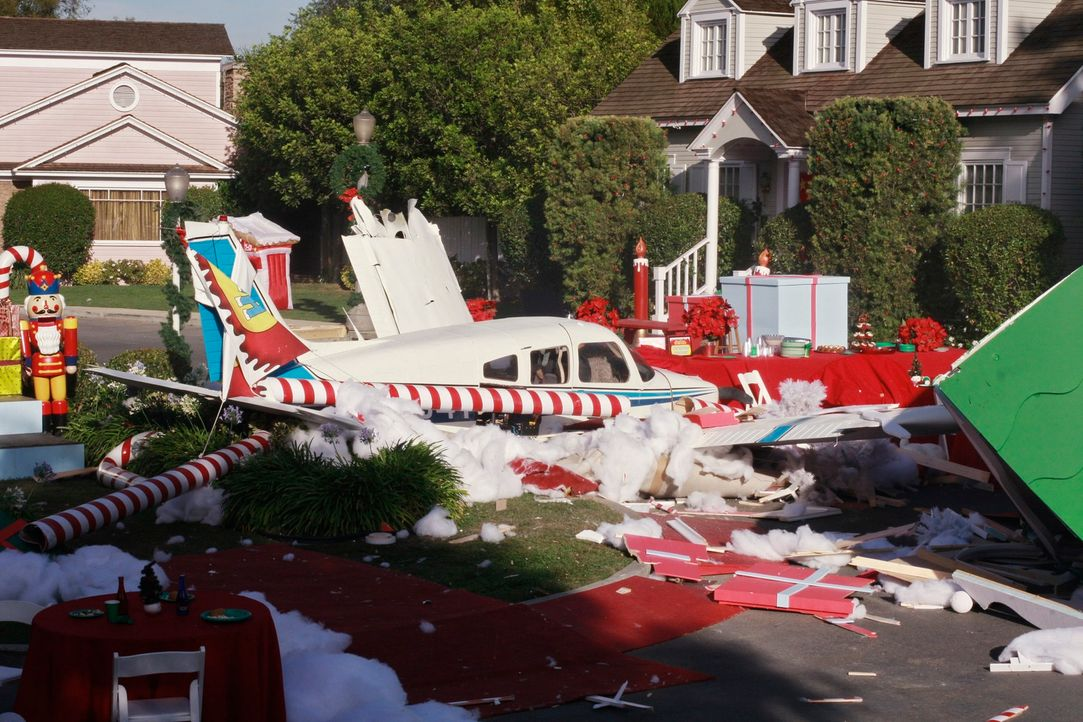 Während der Weihnachtsfeier stürzt ein Flugzeug in die Wisteria Lane und reißt einige Menschen in den Tod ... - Bildquelle: ABC Studios
