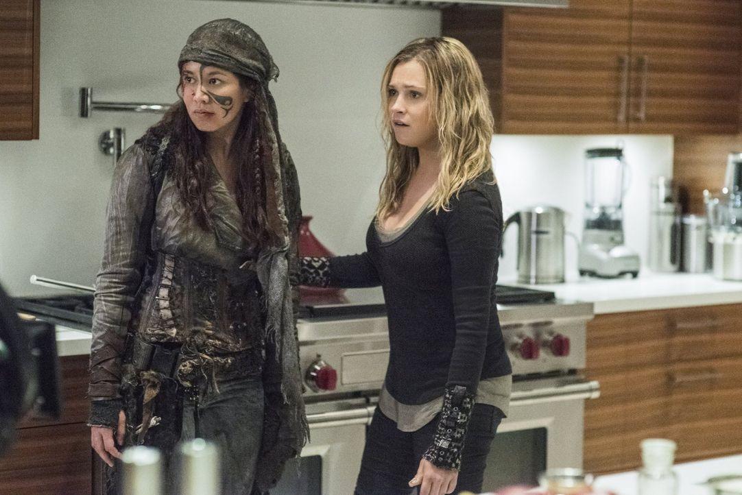 Als ein Grounder Emori (Luisa D'Oliveira, l.) und Clarke (Eliza Taylor, r.) überfällt, trifft die Gruppe eine Entscheidung, die über Leben und Tod e... - Bildquelle: 2016 Warner Brothers