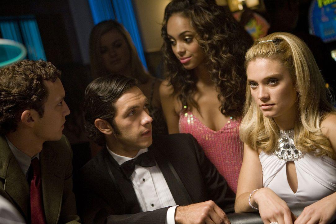 Casino-Nacht der Verbindungen: (v.l.n.r.) Rusty (Jacob Zachar), Max (Michael Rady), Ashleigh (Amber Stevens) und Casey (Spencer Grammer) ... - Bildquelle: 2008 ABC Family