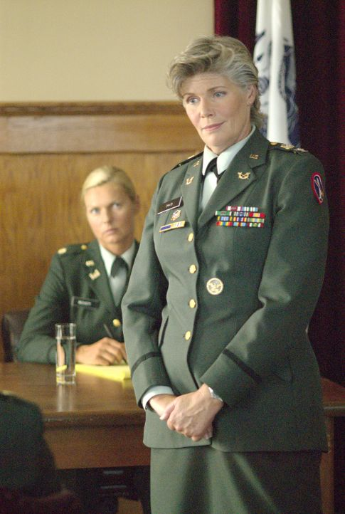 Wie wird sich der steinharte Colonel (Kelly McGillis, r.) entscheiden? - Bildquelle: Metro-Goldwyn-Mayer Studios Inc. All Rights Reserved.
