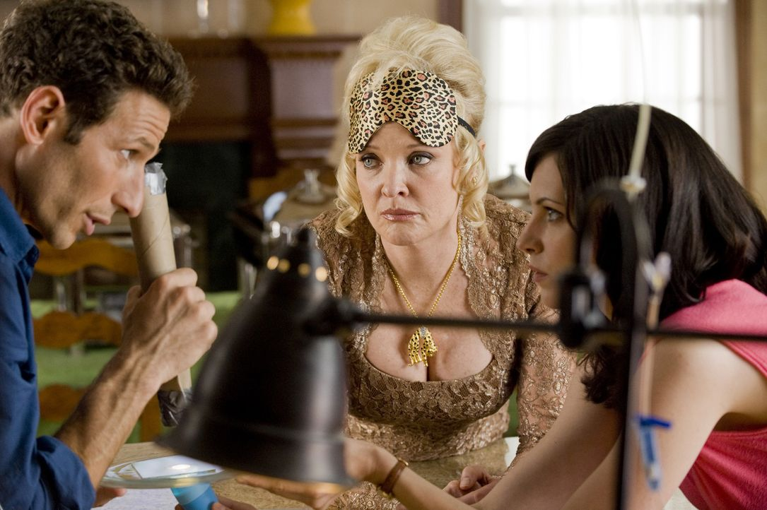 Jill Casey (Jill Flint, r.) ist gespannt, was Dr. Hank Lawson (Mark Feuerstein, l.) mit dem kranken Hund von Miss Newberg (Christine Ebersole, M.) v... - Bildquelle: Universal Studios