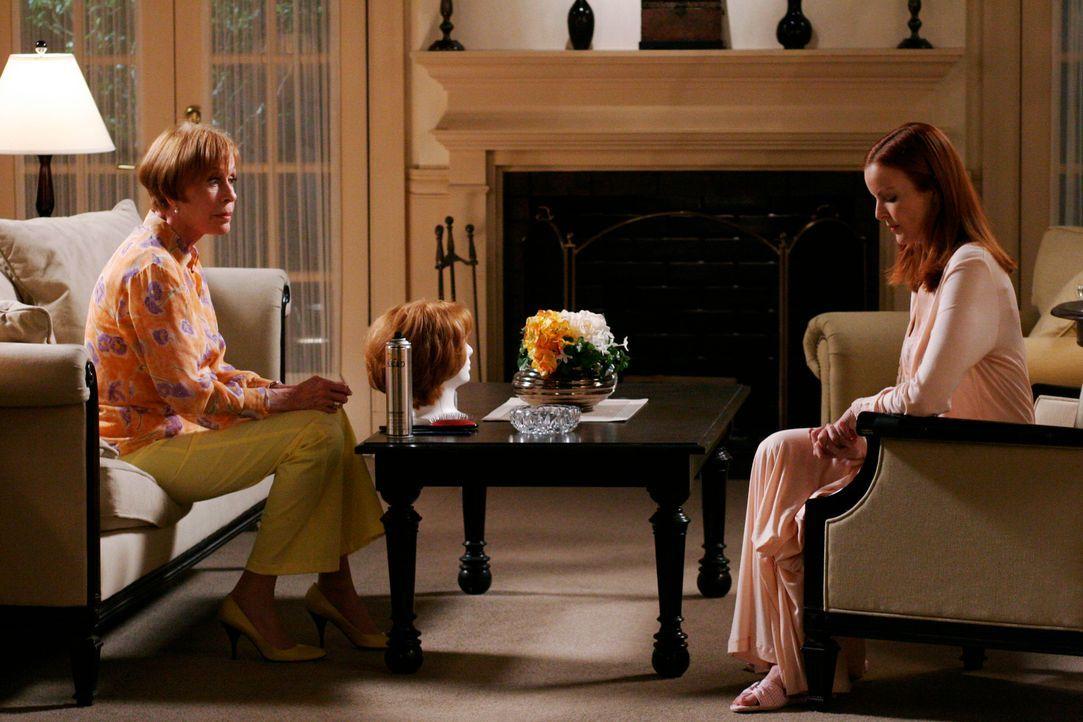 Eleanor (Carol Burnett, l.) macht Bree (Marcia Cross, r.) unmissverständlich klar, dass sie glaubt, sie hätte als Mutter versagt und dass es am best... - Bildquelle: 2005 Touchstone Television  All Rights Reserved