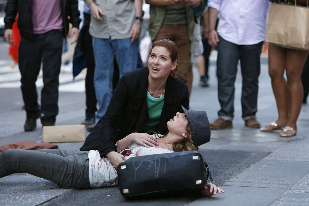 Ein politischer Sexskandal kommt ans Licht der Öffentlichkeit und Laura (Debra Messing, oben) kümmert sich um die involvierte Dame (Dillan Arrick, u... - Bildquelle: Warner Bros. Entertainment, Inc.