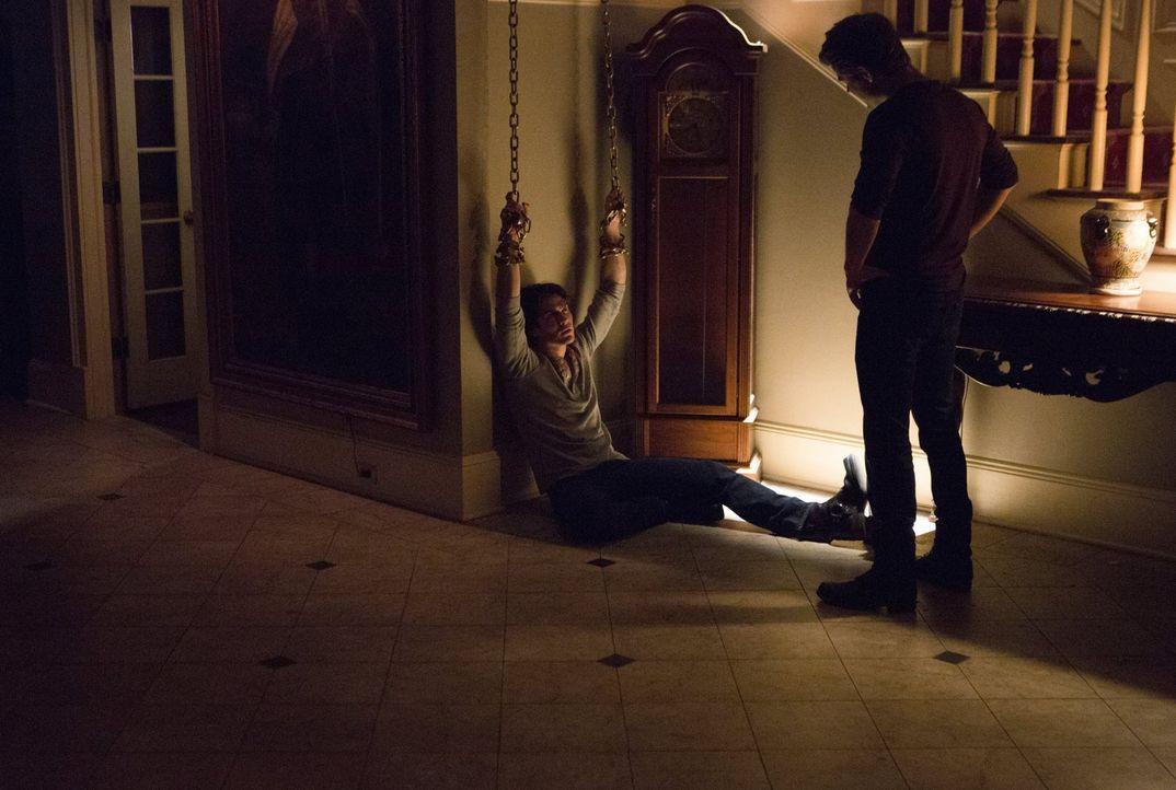 Stefan (Paul Wesley, r.) versucht Damon (Ian Somerhalder, l.) zu helfen, mit den Folgen der Erlebnisse im Phoenix-Stein klarzukommen, obwohl er selb... - Bildquelle: Warner Bros. Entertainment, Inc.