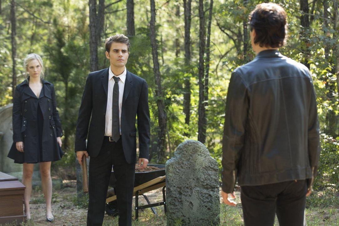 Während Caroline (Candice King, l.) und Stefan (Paul Wesley, M.) nach einem Weg suchen, um Damon (Ian Somerhalder, r.) tatsächlich zu helfen, greift... - Bildquelle: Warner Bros. Entertainment, Inc.