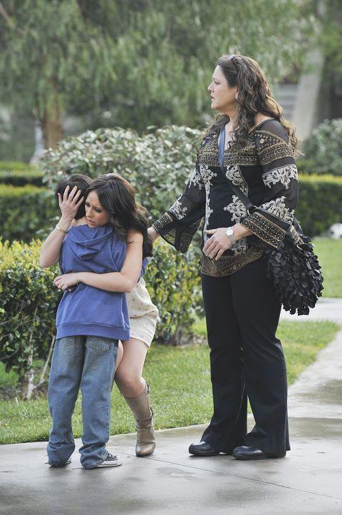 Melinda (Jennifer Love Hewitt, M.) und Delia (Camryn Manheim, r.) erkennen, dass Aiden (Connor Gibbs, l.) weiterhin in großer Gefahr schwebt ... - Bildquelle: ABC Studios