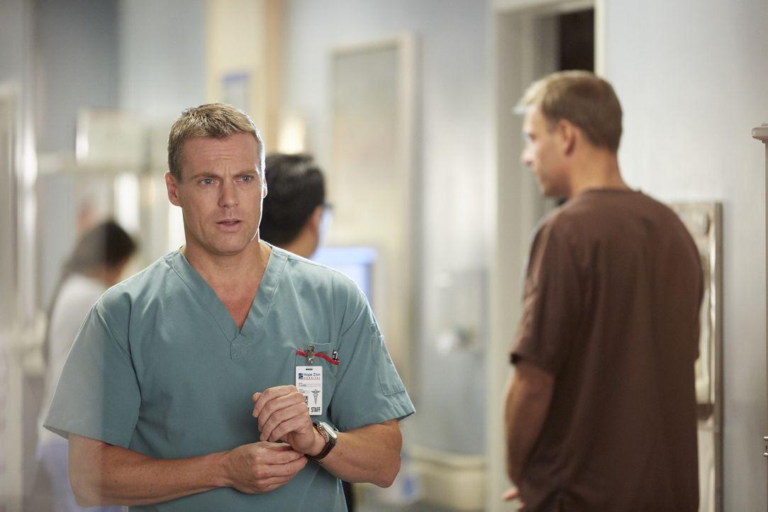 Charlie (Michael Shanks) und Joel kümmern sich um einen Patienten, der um ein wenig größer zu werden, riskiert, seine Beine zu verlieren, ... - Bildquelle: Ken Woroner 2014 Hope Zee Three Inc.