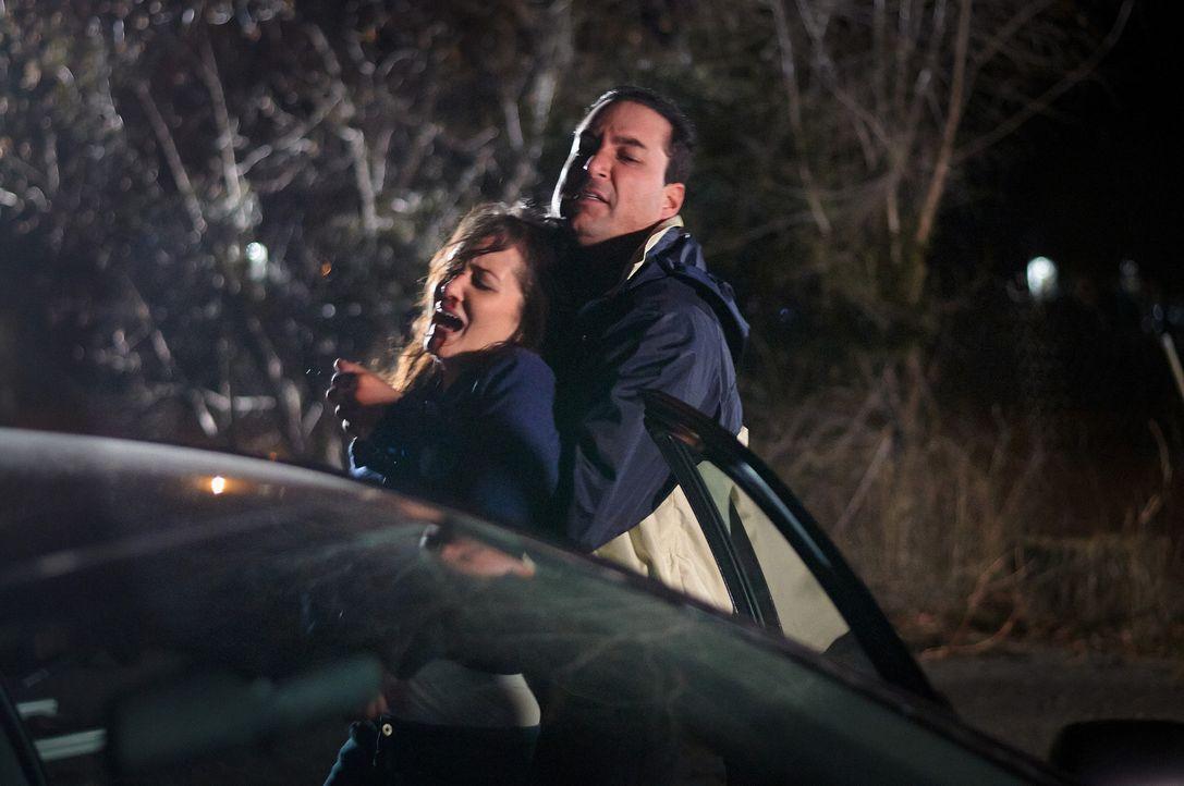 Wird Amy (l.) den Fängen von Angel (r.) jemals wieder entkommen können? - Bildquelle: Steven Lungley Cineflix 2014