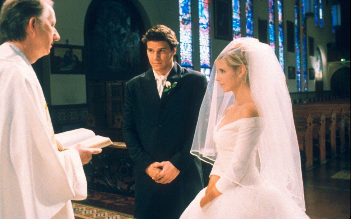 Buffy (Sarah Michelle Gellar, r.) und Angel (David Boreanaz, l.) treten vor den Traualtar. - Bildquelle: TM +   2000 Twentieth Century Fox Film Corporation. All Rights Reserved.