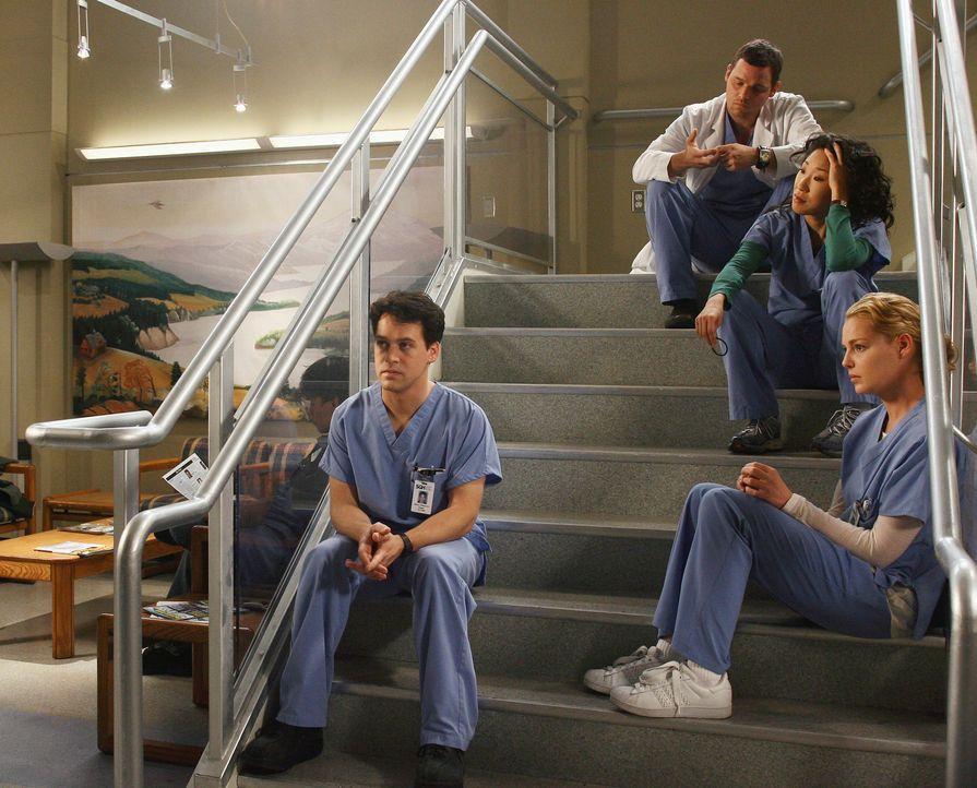 Derek beobachtet enttäuscht, wie Meredith ihren Test wiederholt und alle ihre Freunde (T.R. Knight, l., Justin Chambers, 2.v.l., Sandra Oh, 2.v.r.... - Bildquelle: Touchstone Television