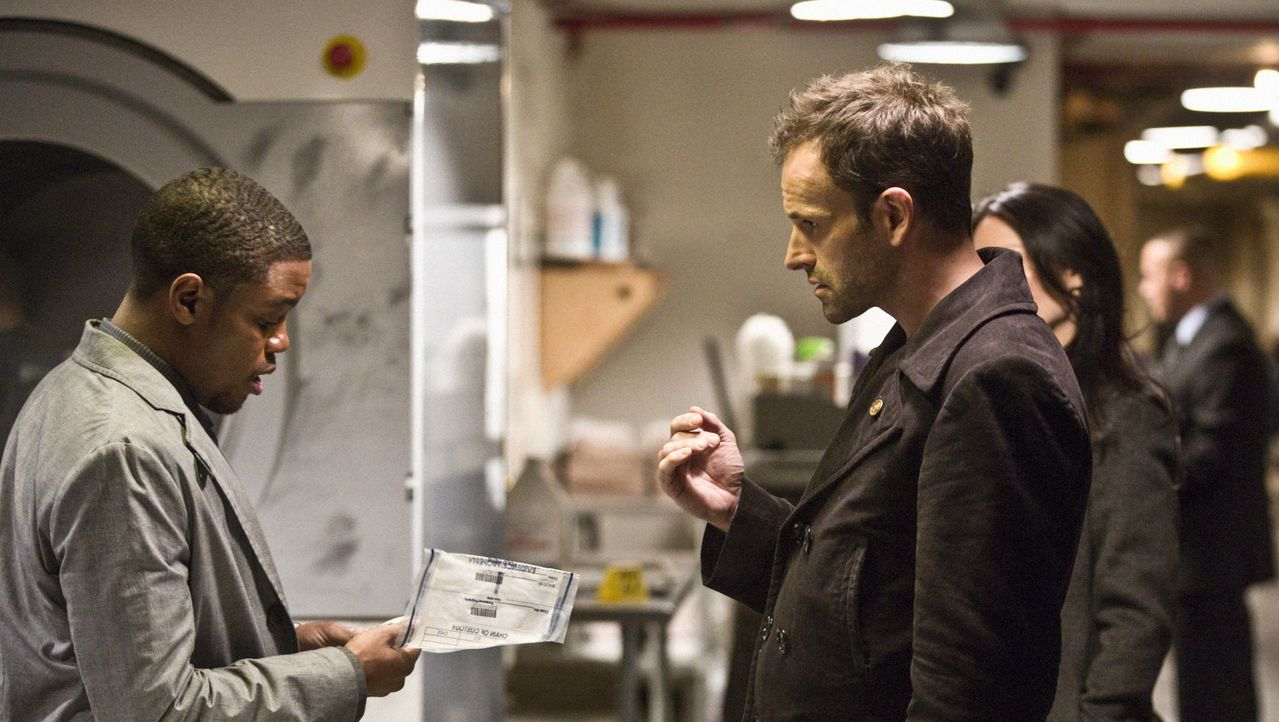 Ermitteln im Mordfall des Geschäftsführers eines Nobelhotels: Sherlock Holmes (Jonny Lee Miller, r.) und Marcus (Jon Michael Hill, l.) ... - Bildquelle: Tom Concordia CBS Television / Tom Concordia