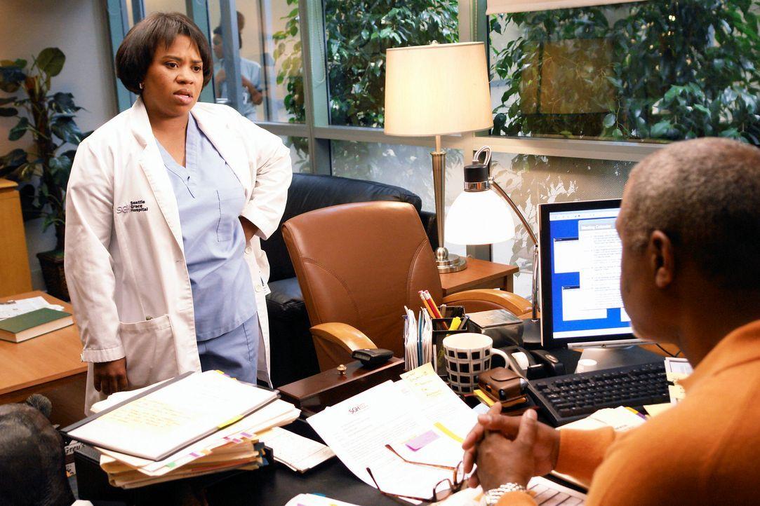 Webber (James Pickens Jr., r.) informiert Bailey (Chandra Wilson, l.), dass Izzie ihr zugeteilt wird, sobald sie wieder im Krankenhaus arbeitet ... - Bildquelle: Touchstone Television