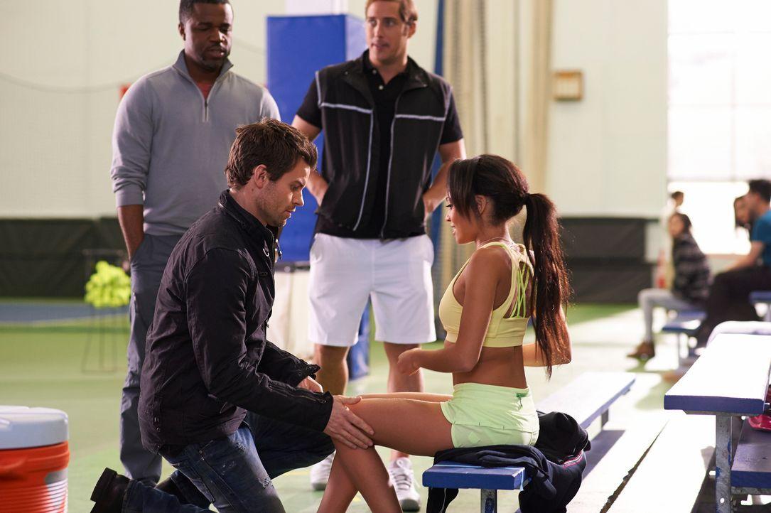 Kann Joel (Daniel Gillies, l.) der äußerst attraktiven Rikki Wilkins (Vanessa Morgan, r.) helfen? - Bildquelle: 2012  Hope Zee One Inc.