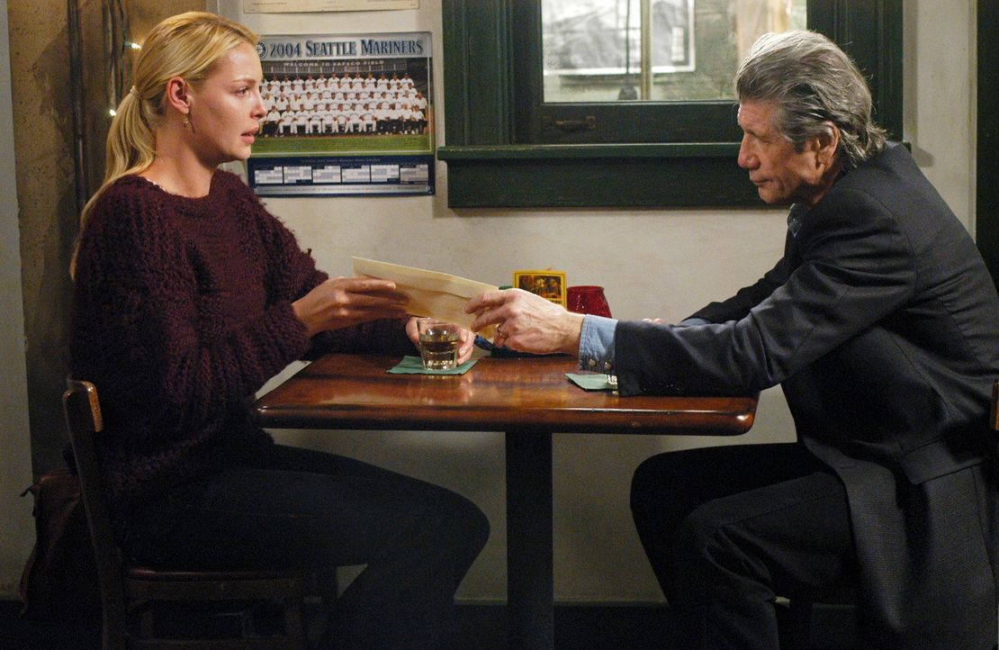 Izzie (Katherine Heigl, l.) bekommt Besuch von Dennys Vater (Fred Ward, r.), der erklärt haben will, warum Denny sich nur Stunden vor seinem Tod mit... - Bildquelle: Touchstone Television