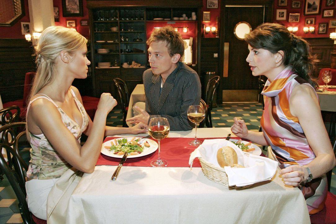 Als Jürgen (Oliver Bokern, M.), der misstrauisch geworden ist, während eines Essens von Sabrina (Nina-Friederike Gnädig, l.) und Mariella (Bianca... - Bildquelle: Sat.1