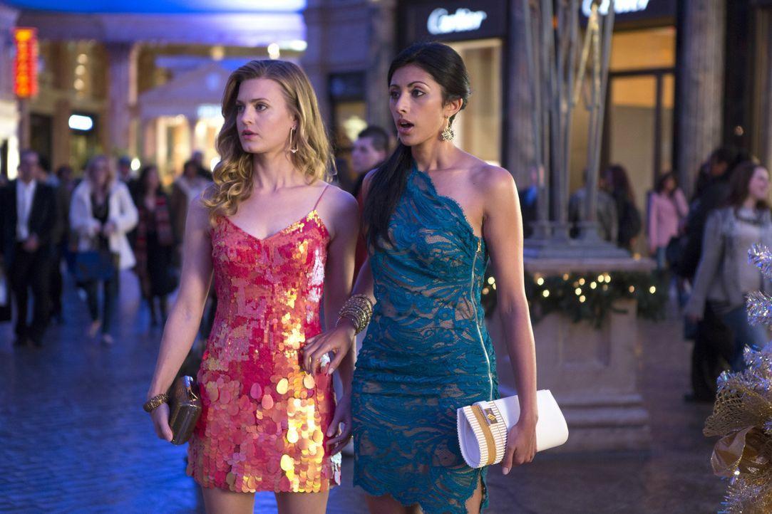 (v.l.n.r.) Paige Collins (Brooke D'Orsay); Divya Katdare (Reshma Shetty) - Bildquelle: Isabella Vosmikova 2012 USA Network Media, LLC/ Isabella Vosmikova