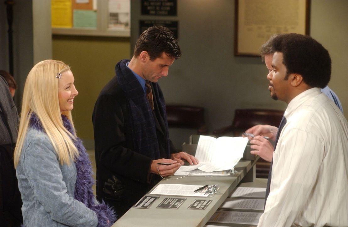 Phoebe (Lisa Kudrow, l.) versucht Clerk (Craig Robinson, r.) zu bezirzen ... - Bildquelle: 2003 Warner Brothers International Television
