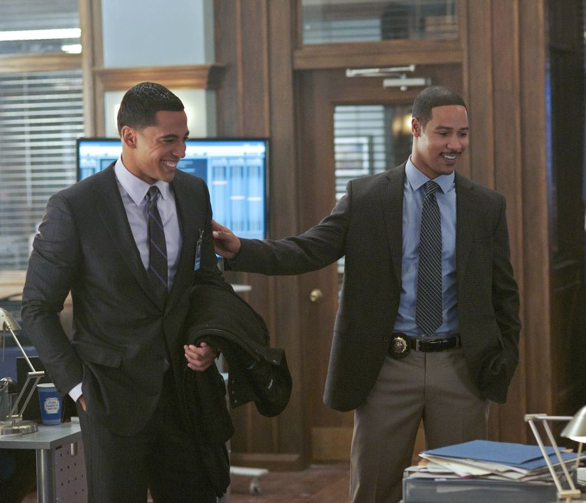 Darius (Christian Keyes, l.) besucht seinen Bruder Joe (Brian White, r.) im Büro ... - Bildquelle: 2013 The CW Network. All Rights Reserved.