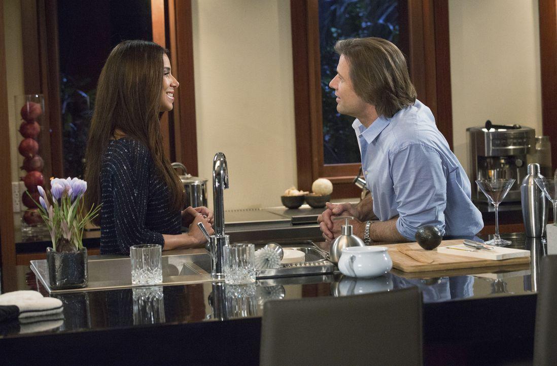 Ist es wirklich eine gute Idee, dass Carmen (Roselyn Sanchez, l.) zusammen mit ihrem Boss Spence (Grant Show, r.) ein paar Martinis trinkt? - Bildquelle: 2014 ABC Studios