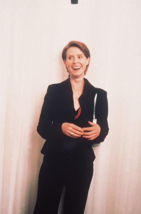 Während einer Shoppingtour präsentiert Miranda (Cynthia Nixon) Carrie eine ganz besondere Überraschung: Natasha! - Bildquelle: Paramount Pictures