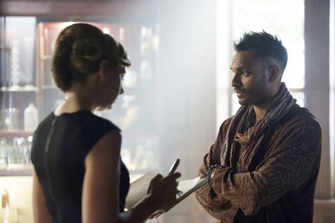 Wird sich Penny (Arjun Gupta, r.) tatsächlich gegen Quentin stellen und ihn als Verantwortlichen bei Prof. Pearl Sunderland (Anne Dudek, l.) anschwä... - Bildquelle: 2015 Syfy Media Productions LLC. ALL RIGHTS RESERVED.