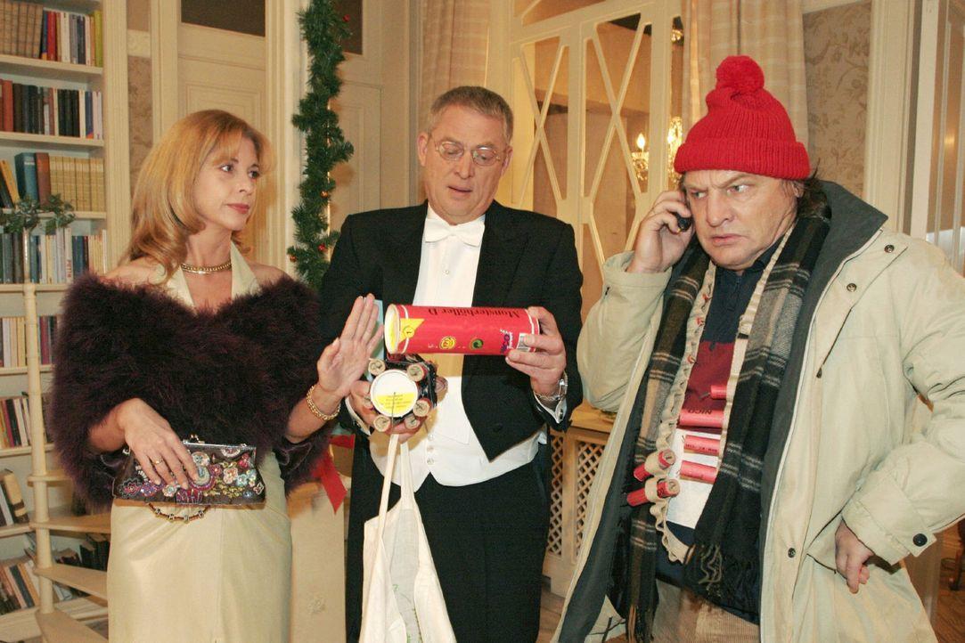 Bernd (Volker Herold, r.) findet auch bei Laura (Olivia Pascal, l.) und Friedrich (Wilhelm Manske, M.) Seidel keine Begeisterung für seine Silveste... - Bildquelle: Noreen Flynn Sat.1