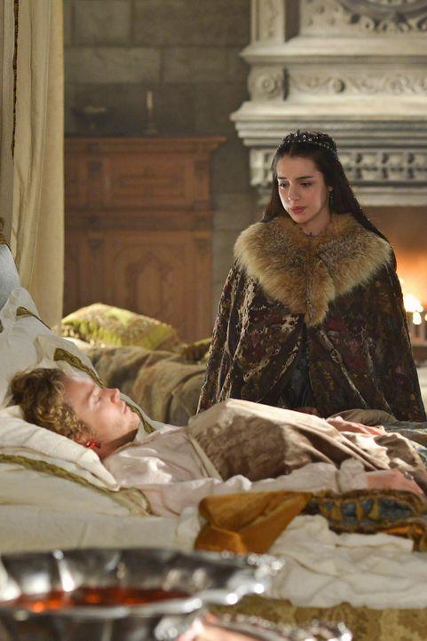 Beim Anblick des schwerkranken Francis (Francis Regbo, vorne) wird Mary (Adelaide Kane, hinten) von Schuldgefühlen überfallen ... - Bildquelle: Sven Frenzel 2014 The CW Network, LLC. All rights reserved.